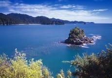 Stenig holme - ankringen, Abel Tasman nationalpark Royaltyfri Bild