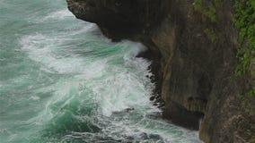 En stenig klippa och havvågor