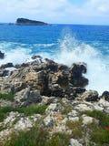 En stenig kust i en solig sommardag royaltyfria bilder