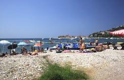 En stenig strand i Budva Arkivbilder