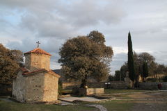 En stenkyrka i en georgisk kloster Arkivfoto