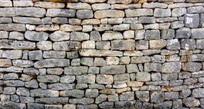 En stenvägg av olika former utan cement royaltyfri bild