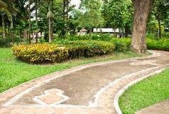 En stenwalkway i trädgården Royaltyfria Foton