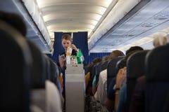 En stewardess arbetar på flygplanet Royaltyfri Fotografi