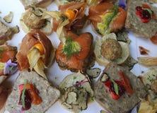 En stilfull ordning för bröllopgästerna med laxen, skinka, pajer och frukter arkivfoto