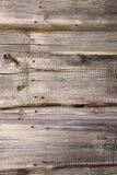 En stilfull tappningbakgrund: en trähusvägg som göras av strålen av gul mossa som täckas med blått, målar Royaltyfri Foto