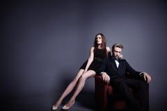 En stilig man och en härlig kvinna i mörkret Royaltyfria Foton