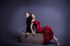 En stilig man och en härlig kvinna i mörkret Royaltyfri Fotografi