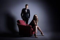En stilig man och en härlig kvinna i mörkret Royaltyfria Bilder