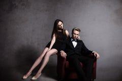 En stilig man och en härlig kvinna i mörkret Arkivfoton