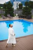 En stilig ung brutal stilfull och trendig le grabb för man som, utomhus poserar på simbassängen fotografering för bildbyråer