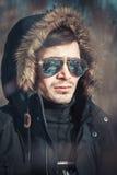 En stilig ung man med anblickar i parkera Arkivfoto