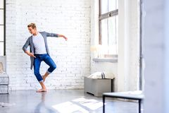 En stilig ung manlig balettdansör som öva i en vindstil A royaltyfria foton