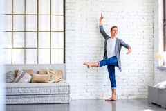 En stilig ung manlig balettdansör som öva i en vindstil A royaltyfria bilder