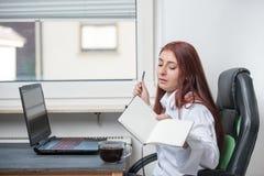En stillhet, ung kvinna på arbete royaltyfri foto