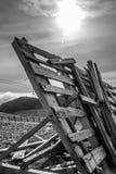 En stillsam bergplats med det molnräkningen och staketet på en kulle Arkivfoton