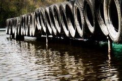 En stillsam bro över en härlig ren sjö rockera den cesky fjädern för arvkrumlovsäsongen för att visa världen arkivbild