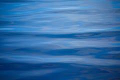 En stillsam vattenbakgrund Abstraktionen för kopplar av Fotografering för Bildbyråer
