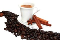 En stjärnaanis, kanelbruna pinnar och en kopp kaffe Arkivfoto