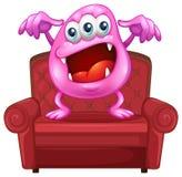 En stol med ett rosa monster Arkivbild