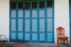 En stol och en dörr i tappning royaltyfri foto