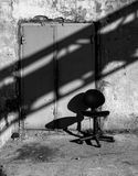 En stol och en skugga industriell livstid fortfarande royaltyfri foto