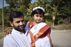 En stolt fader med hans dotter royaltyfri bild