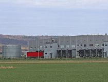 En stor automatisk logistikmitt Trans. och destribution av gods Motoriskt trans. arbetsplatser Nationalekonomi och buss fotografering för bildbyråer