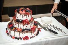 En stor bröllopstårta med bär royaltyfria foton