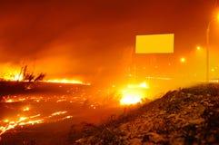 En stor brand nära vägen Royaltyfri Bild