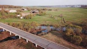 En stor bro för bilar stock video