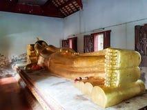 En stor buddistisk staty royaltyfria foton