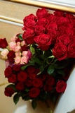 En stor bukett av rosor Arkivbild