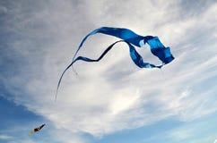 En stor drake av blått färgar, gjort av silke, och lite mångfärgat Arkivbilder