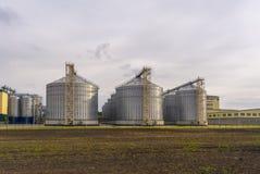 En stor fabrik för bearbeta av korn Stor hiss i fältet royaltyfri bild