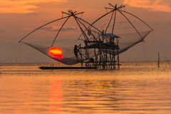 En stor fisherfällamaskin på Pakpra Phatthalung Thailand i morgonen Royaltyfri Fotografi