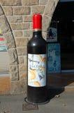En stor flaska av rött vin Arkivbild
