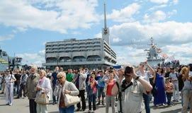En stor folkmassa av folk Arkivbild