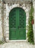 En stor gammal grön dörr i Rovinj, Kroatien Arkivbild
