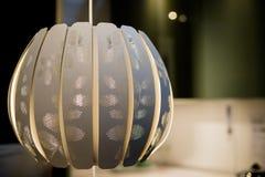 En stor grå ljuskrona med sogtljus tolkning 3D av ett kontorsutrymme Selektivt fokusera lampor i kafé eller hemma Hängande lampa  fotografering för bildbyråer