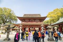 En stor grupp av kinesiska turister går in till den Dazaifu relikskrin Royaltyfri Fotografi