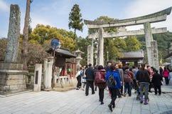 En stor grupp av kinesiska turister skriver in den Dazaifu templet Fotografering för Bildbyråer