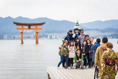En stor grupp av turister tar bilden med berömt sväva rev Fotografering för Bildbyråer
