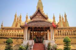 En stor guld- buddistisk tempel med härligt landskap av den stora sakrala Stupaen arkivbild