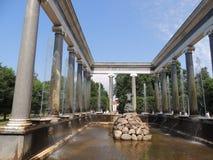 En stor härlig springbrunn med kolonner Arkivbilder