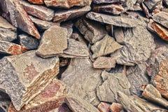 En stor hög av sandstenar, lagringsutrymme av olik naturlig sandsten Sprickor och färgrika lager av sandstenbakgrund Patten Royaltyfri Foto
