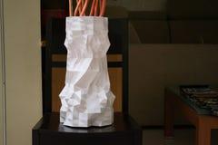 En stor högväxt vit vas som skrivs ut med en skrivare 3d, står på en tabell Arkivfoto