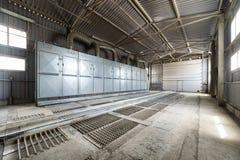 En stor hangar med ett golv som göras av stålgratings royaltyfria bilder