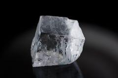 En stor iskub som isoleras på svart Royaltyfria Bilder