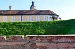 En stor jord- vägg för röd tegelsten är starkt skyddande och en vallgrav med kriget av en gammal forntida medeltida slott i Europ arkivfoto